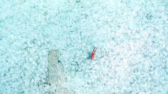 Frau, Schwimmen und Schnorcheln im kristallklaren Wasser, Malediven