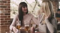 Vrouw vrienden zitten in een cafe en praten