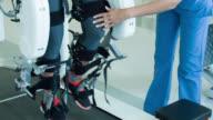 Frau bekommen Physiotherapie auf einer Roboter-Maschine