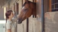 SLO, MO, DS-Frau, die etwas zu Essen zu Pferd