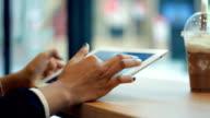"Frau hand mit digitalen tablet im Café """