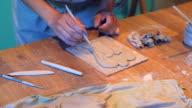 Vrouw handen maken een klei-engel