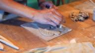 Vrouw handen maken van decoratieve patroon op klei angel