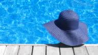 Frau hat im pool