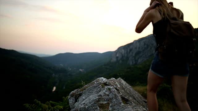 Frau Wanderer offenen Armen am Berggipfel