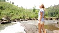Donna trekking raggiunge fiume, le braccia tese