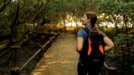 Donna trekking su sentiero