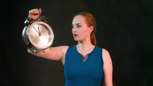 Frau holding Uhr