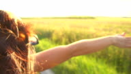 HD-SUPER-SLOW-MOTION: Frau hält ihre Arme mit fixierbaren Ärmeln