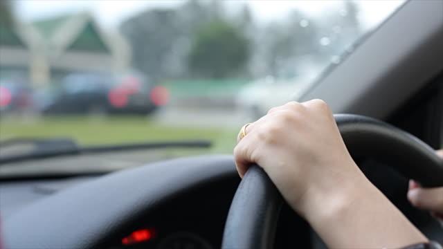 Donna con volante guida auto a
