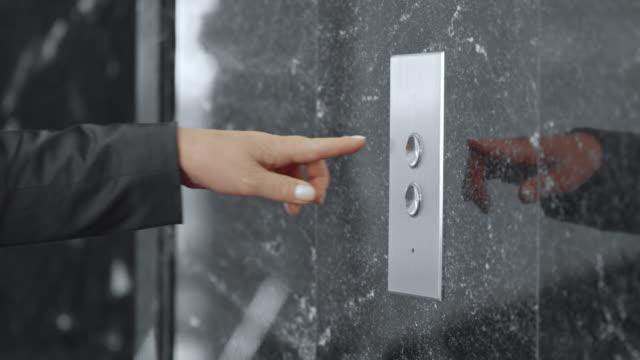 SLO, MO, DS Frau im business-Anzug bügeln Aufzug Knopf