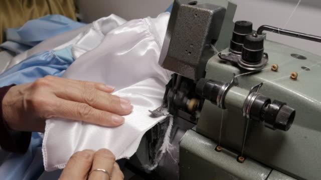 CU-Frau in Fabrik Nähen
