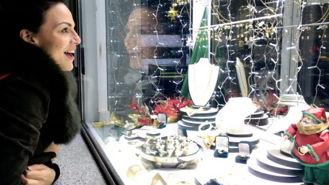 Kvinnan framför Smyckesbutik.