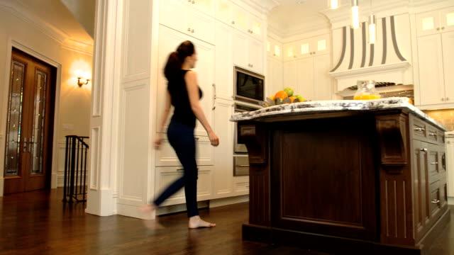 Frau in neuen Küche