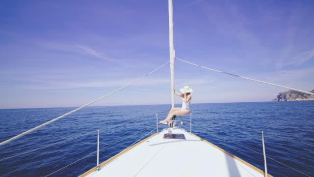 WS-Frau in Badebekleidung, sitzen auf einem Segelboot Bogen