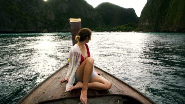 Kvinna i thailändska taxibåt