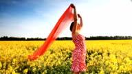 Frau im gelben Feld