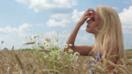 HD: Frau in Weizen Wiese Genießen Sie