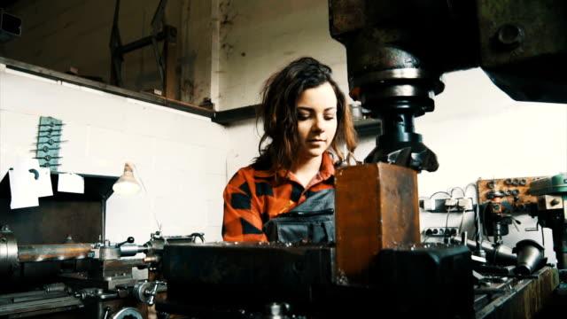 Vrouw in werkplaats