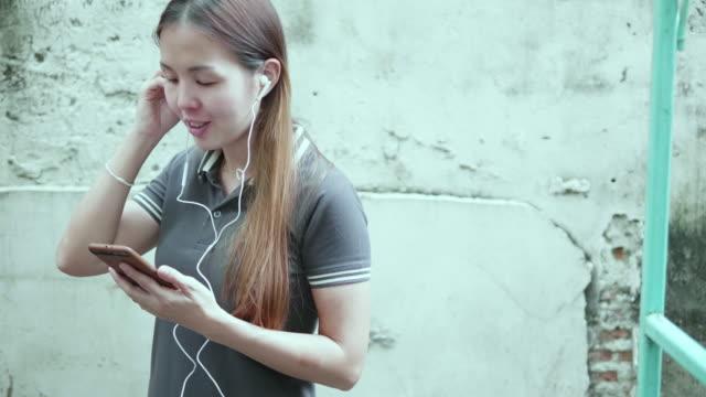 Frau ist Musik hören von ihrem smartphone
