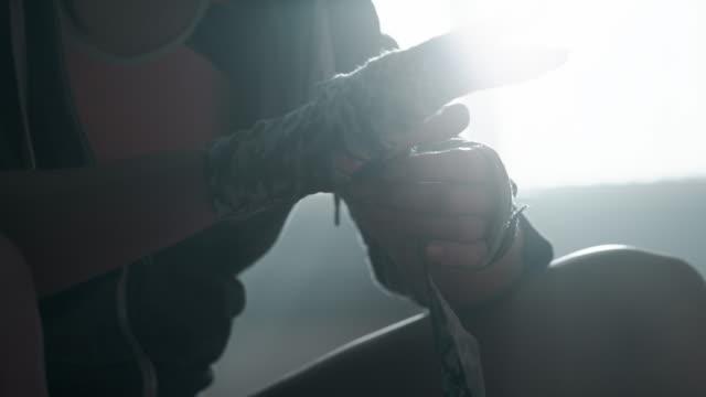 Frau ist Einwickeln Hände mit Box-wraps