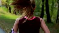 Kvinna som jogging i naturen