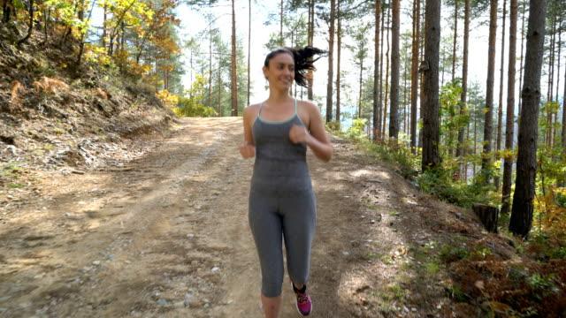 Frau Joggen im Wald