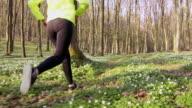 SLO-MO-TS-Frau durch den Wald joggen
