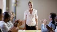 Frau führt Meeting