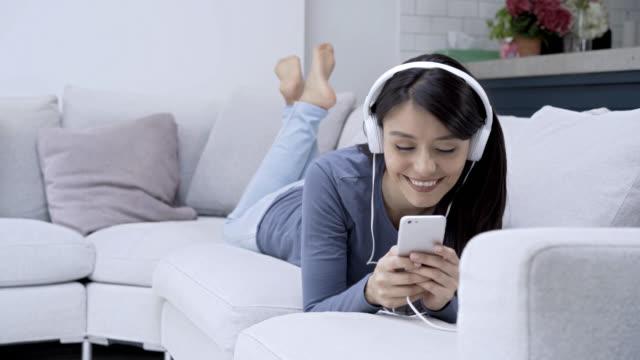 Frau Musik hören mit Kopfhörern Blick auf ihre smartphones