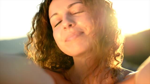 Vrouw kijken naar camera en glimlachen. Slow-motion. POV