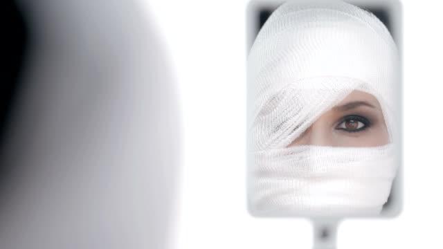 HD: Frau schaut sich nach dem Gesicht Chirurgie