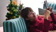 Frau auf dem Sofa liegend und mit Telefon, Close up