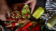 Frau machen Avocado Salat
