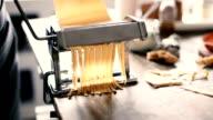 vrouw maken van pasta thuis
