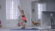 Frau machen Kniebeugen für Ihr Training