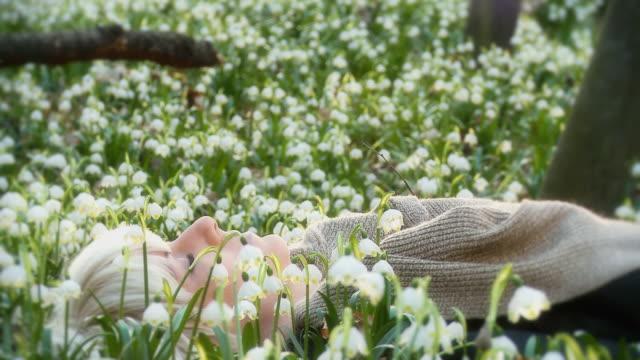 HD DOLLY: Frau Meditieren in Spring Schneeflocken