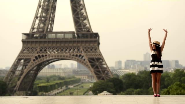 Frau auf einen Urlaub in Paris
