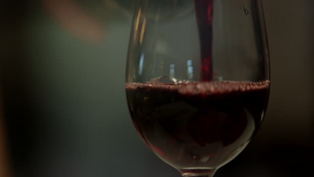 Woman on date refuses to take wine at restaurant