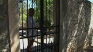 Frau öffnen Tür und Bügeleisen