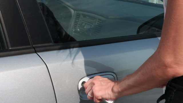 Frau öffnen Tür des Autos & sich in