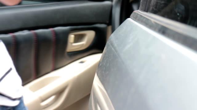 Frau öffnen Tür des Autos