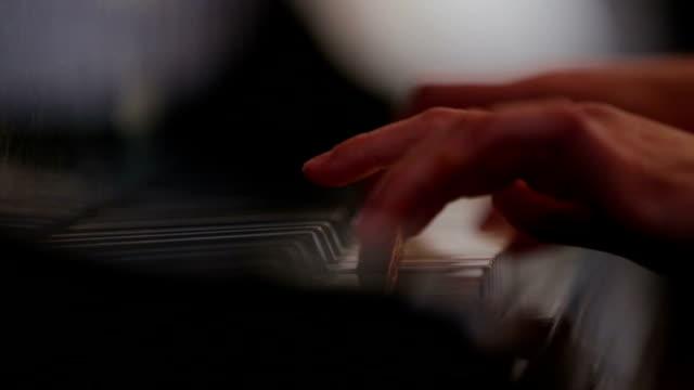 Vrouw pianospelen close-up schieten