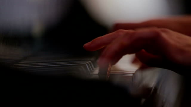 Frau spielt Klavier Nahaufnahme Foto