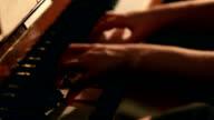 Frau spielt Klavier Nahaufnahme Schuss