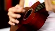 Vrouw spelen ukulele