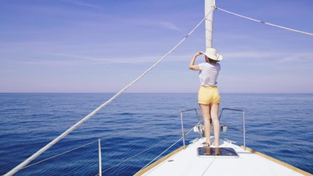 WS-Frau zeigt auf etwas von einem Segelboot Bogen