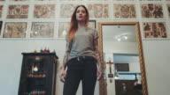 Frau posieren in tattoo-studio