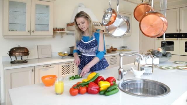 Frau bereitet Gemüse-Salat in der Küche