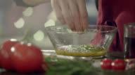 Frau Vorbereitung einen Salat-dressing